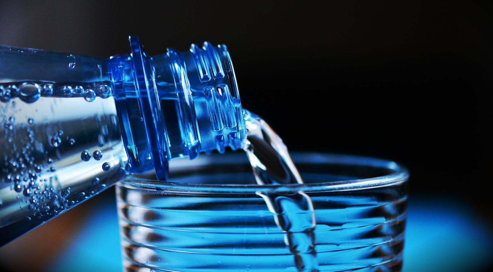 L'eau naturelle des montagnes