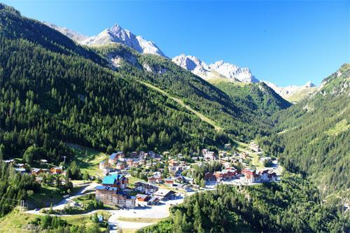 Location au ski Les Chalets Du Thabor - Valfréjus - Extérieur été