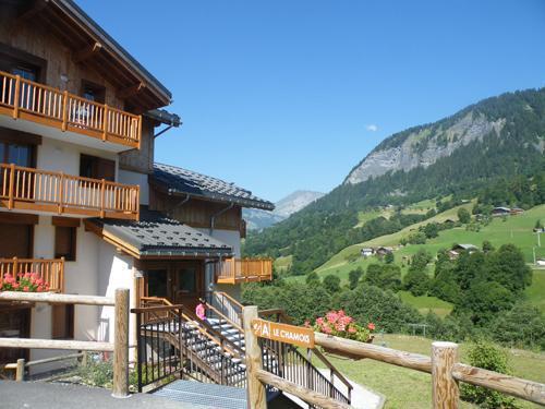 Vacances en montagne Residence Les Chalets Des Evettes - Flumet - Extérieur été