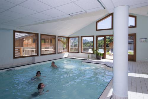 Vacances en montagne Residence Les Chalets Des Evettes - Flumet - Piscine