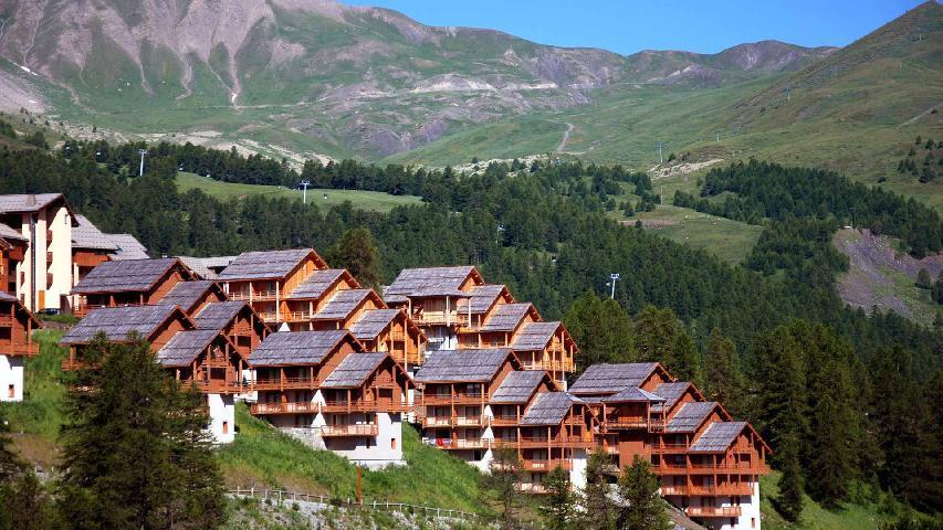 Location au ski Residence Les Chalets Des Rennes - Vars - Extérieur été