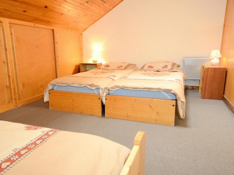Holiday in mountain resort Chalet Carella - Champagny-en-Vanoise - Bedroom under mansard