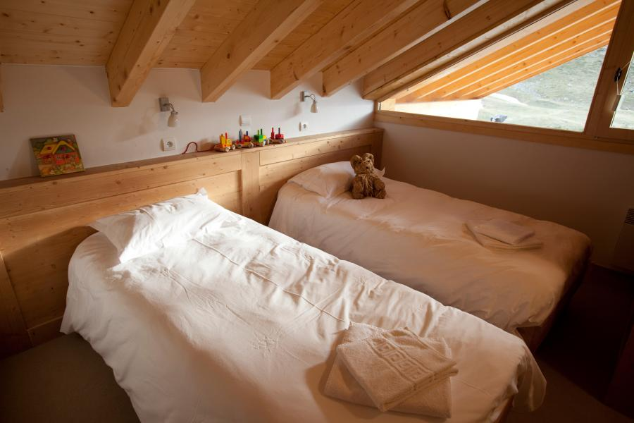 Holiday in mountain resort Chalet de la Dame Blanche - Les Menuires - Bedroom under mansard