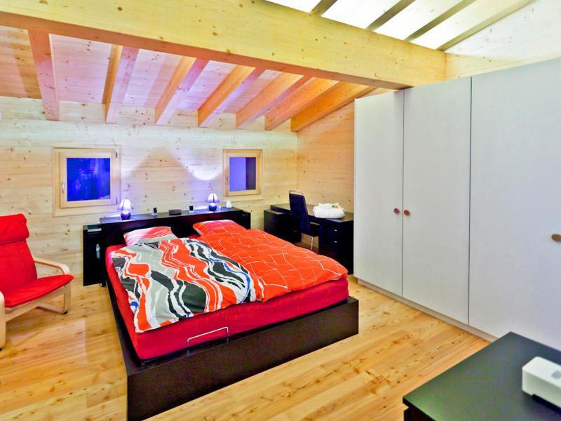 Holiday in mountain resort Chalet Flocon de Neige - La Tzoumaz - Bedroom under mansard