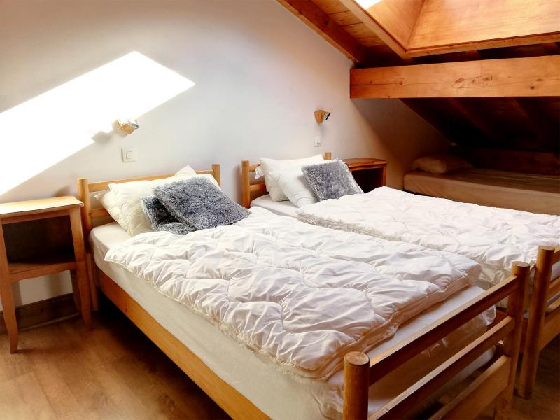 Holiday in mountain resort Chalet Le Lys Blanc - Méribel - Bedroom under mansard