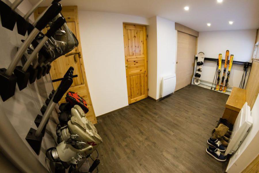Holiday in mountain resort Semi-detached 8 room chalet 14 people - Chalet Noella - La Tania - Ski locker