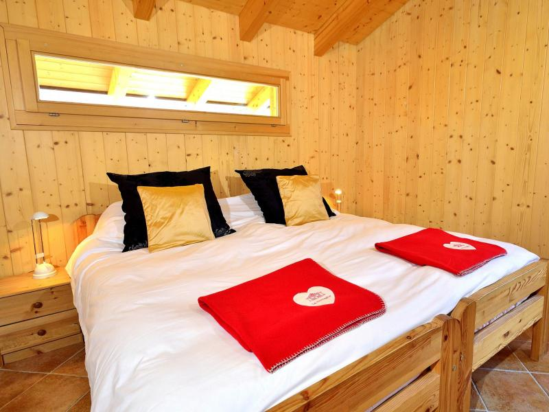 Holiday in mountain resort Chalet Pierina - La Tzoumaz - Bedroom under mansard