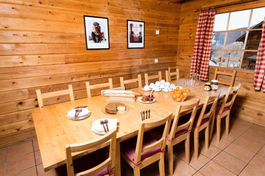 Holiday in mountain resort Semi-detached 8 room chalet 13 people - Chalet Simone - La Tania - Table