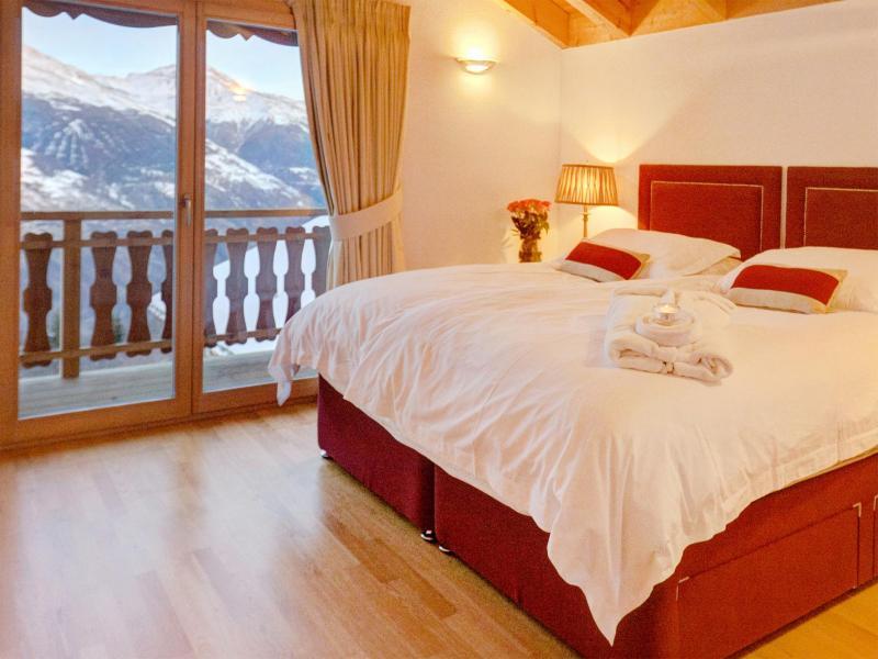 Holiday in mountain resort Chalet Teychenne - Thyon - Bedroom under mansard