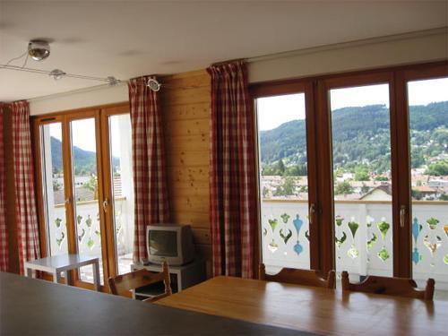 Urlaub in den Bergen 3-Zimmer-Appartment für 6 Personen - Chalets Domaine les Adrets - Gérardmer - Fenstertür zum Balkon