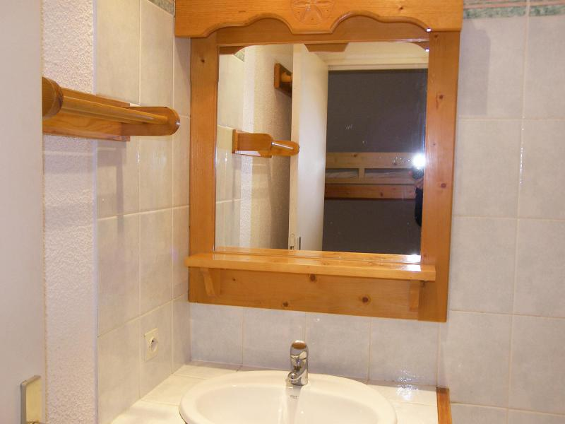 Holiday in mountain resort Studio sleeping corner 4 people (1) - Home Club - Tignes - Wash-hand basin