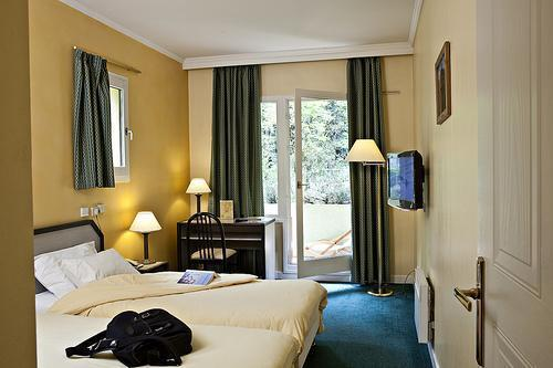 Holiday in mountain resort Hôtel Athéna - Brides Les Bains - Bedroom