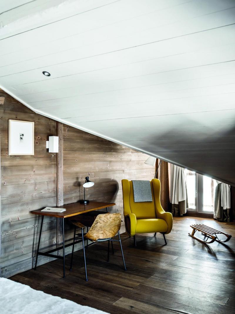 Holiday in mountain resort Hôtel des 3 Vallees - Courchevel - Bedroom under mansard