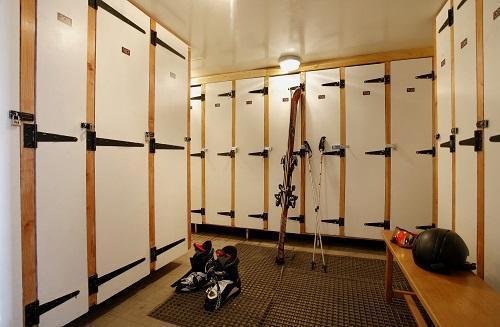 Holiday in mountain resort Hôtel Eliova le Chaix - Alpe d'Huez - Ski locker