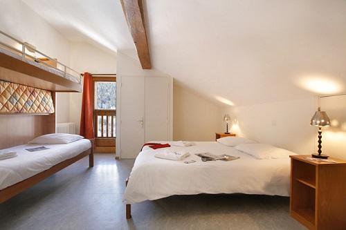 Holiday in mountain resort Hôtel Eliova le Génépi - Méribel - Bedroom under mansard