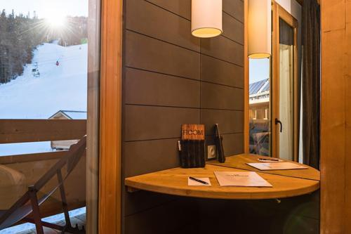 Vakantie in de bergen Hôtel le Marmotel - Pra Loup - Schuifdeur naar het balkon