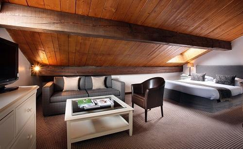 Holiday in mountain resort Triple room (3 people) - Hôtel le New Solarium - Courchevel - Bedroom