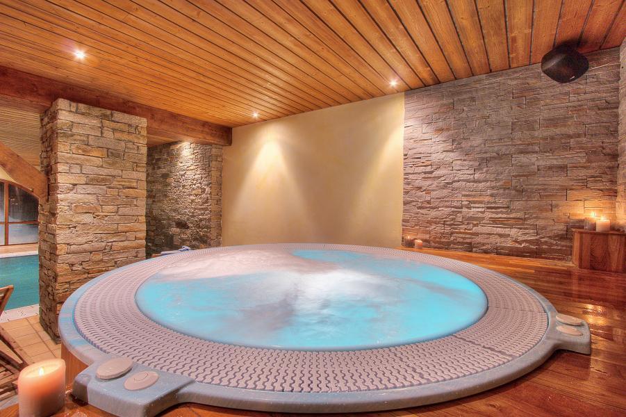 Holiday in mountain resort Hôtel les Balcons Village - La Plagne - Jacuzzi
