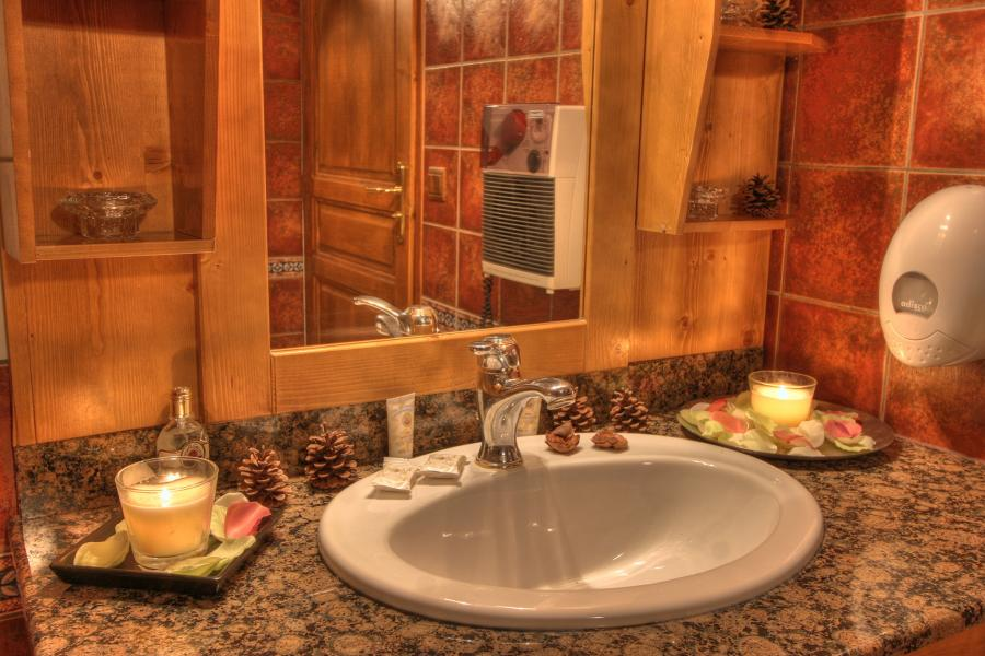Holiday in mountain resort Hôtel les Balcons Village - La Plagne - Wash-hand basin