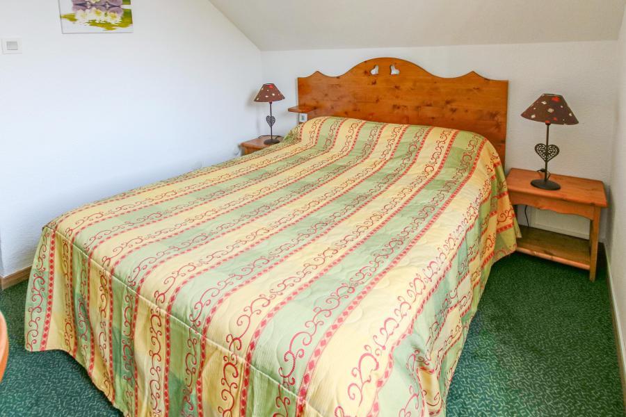 Holiday in mountain resort Hôtel les Chardonnelles - Superdévoluy - Bedroom under mansard