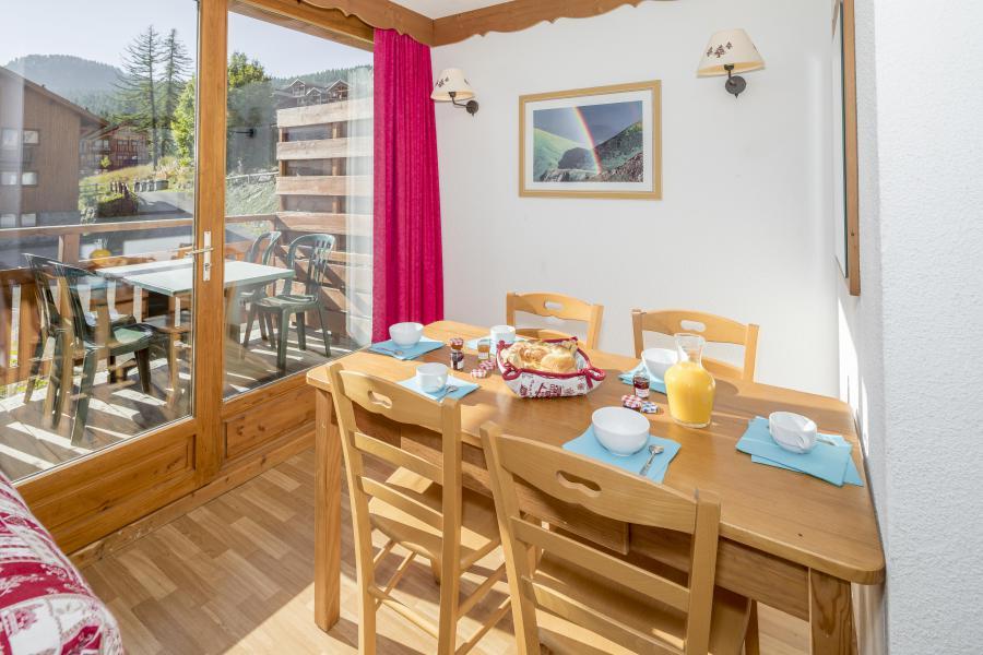 Vacances en montagne La Résidence Hameau des Ecrins - Puy-Saint-Vincent - Table