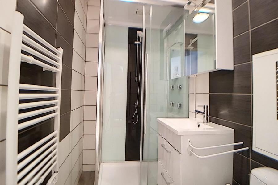 Holiday in mountain resort Studio sleeping corner 4 people (010) - La Résidence les Carlines - Les Menuires - Shower