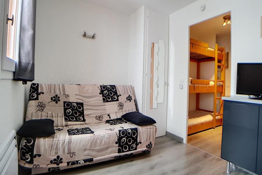 Holiday in mountain resort Studio sleeping corner 4 people (010) - La Résidence les Carlines - Les Menuires - Sofa-bed