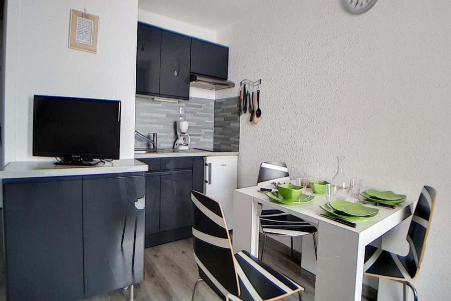 Holiday in mountain resort Studio sleeping corner 4 people (010) - La Résidence les Carlines - Les Menuires - Table