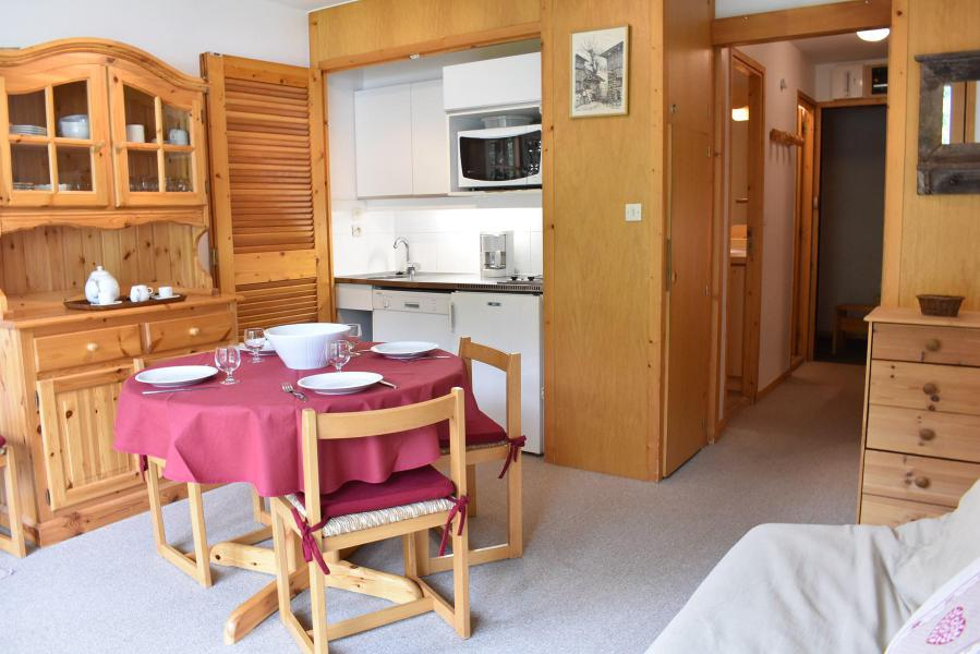 Holiday in mountain resort Studio sleeping corner 4 people (MRB220-028) - La Résidence les Dauphinelles - Méribel - Table