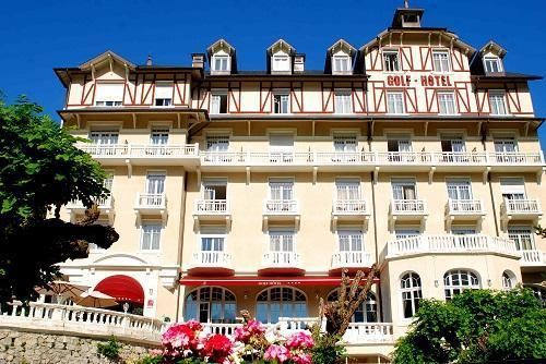 Holiday in mountain resort Le Golf Hôtel - Brides Les Bains - Summer outside