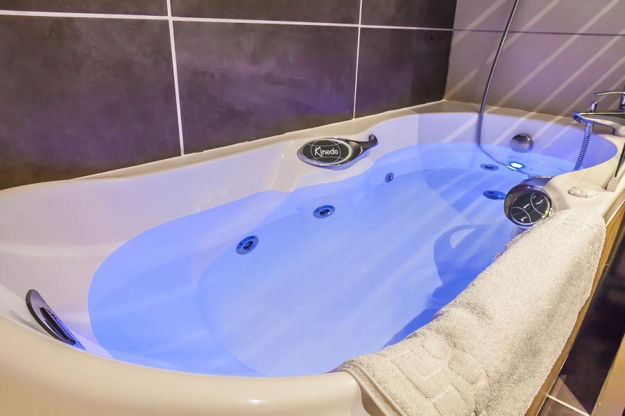 Holiday in mountain resort Les Balcons Platinium - Val Thorens - Balneo bath-tub