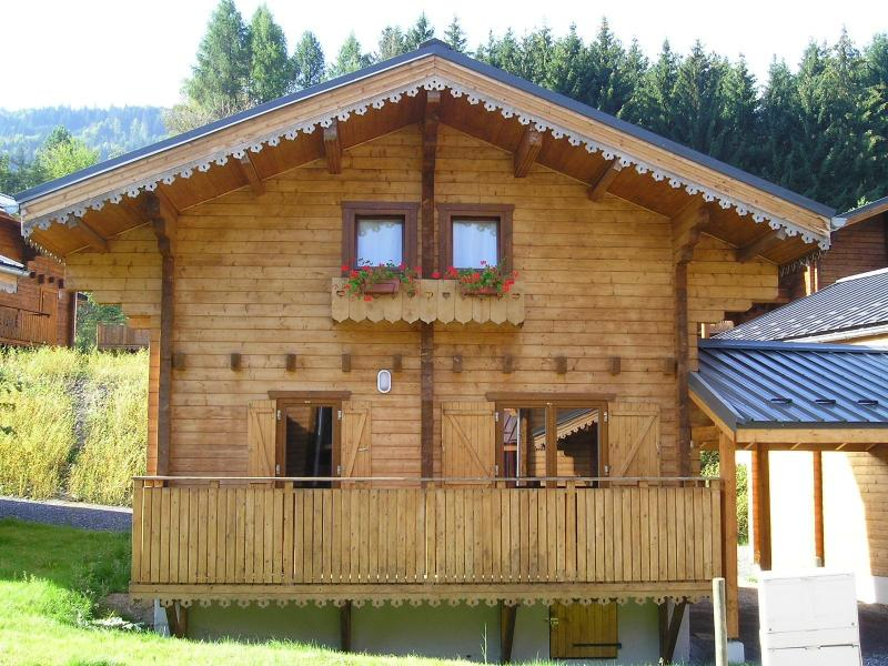 Vacances en montagne Les Chalets du Bois de Champelle - Morillon - Extérieur été