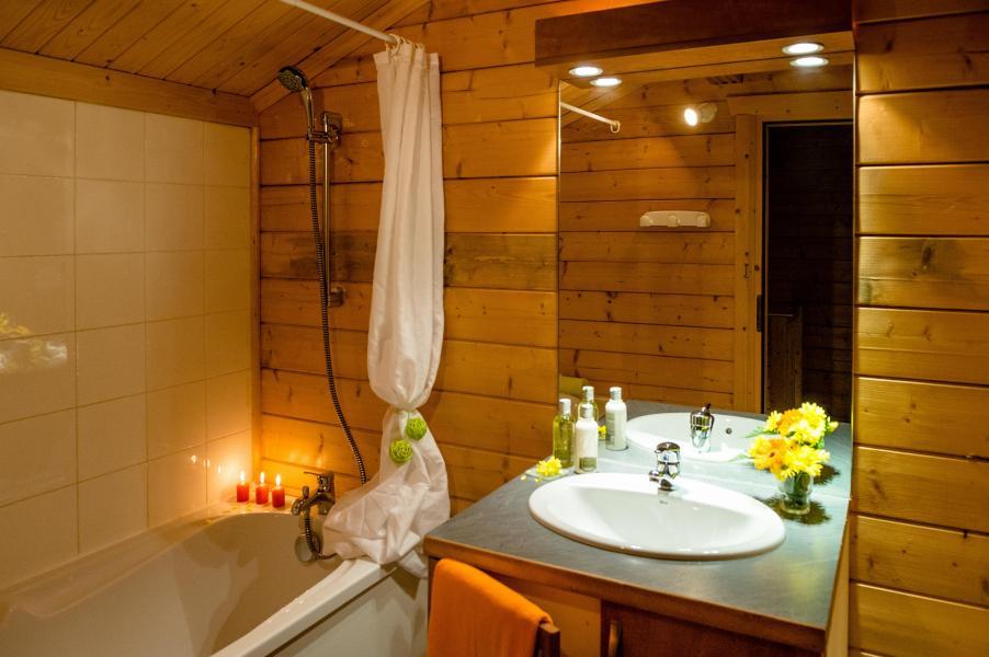 Holiday in mountain resort Les Chalets du Bois de Champelle - Morillon - Bathroom