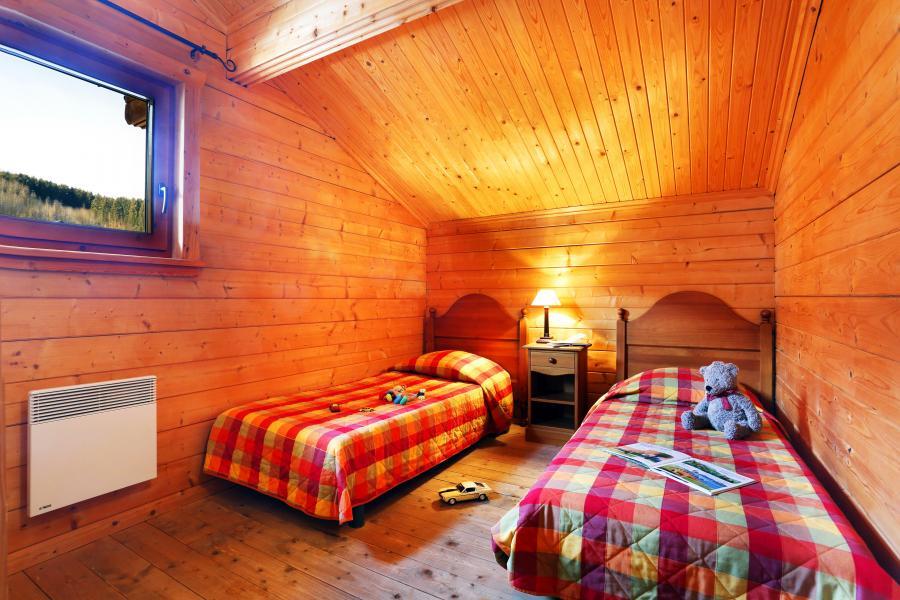 Holiday in mountain resort Les Chalets du Bois de Champelle - Morillon - Bedroom under mansard