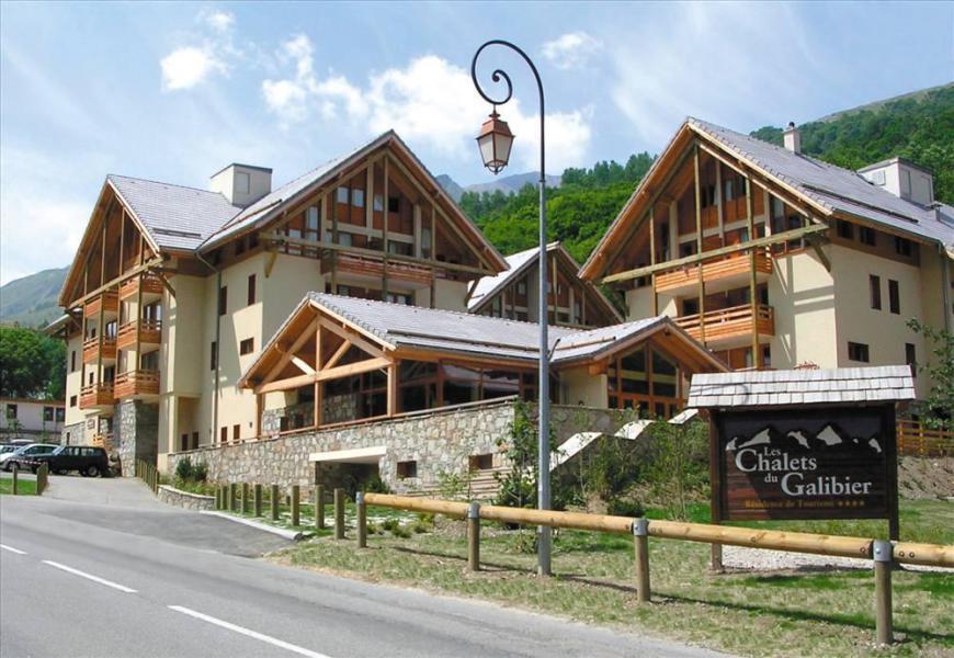 Wynajem na narty Les Chalets du Galibier - Valloire - Na zewnątrz latem