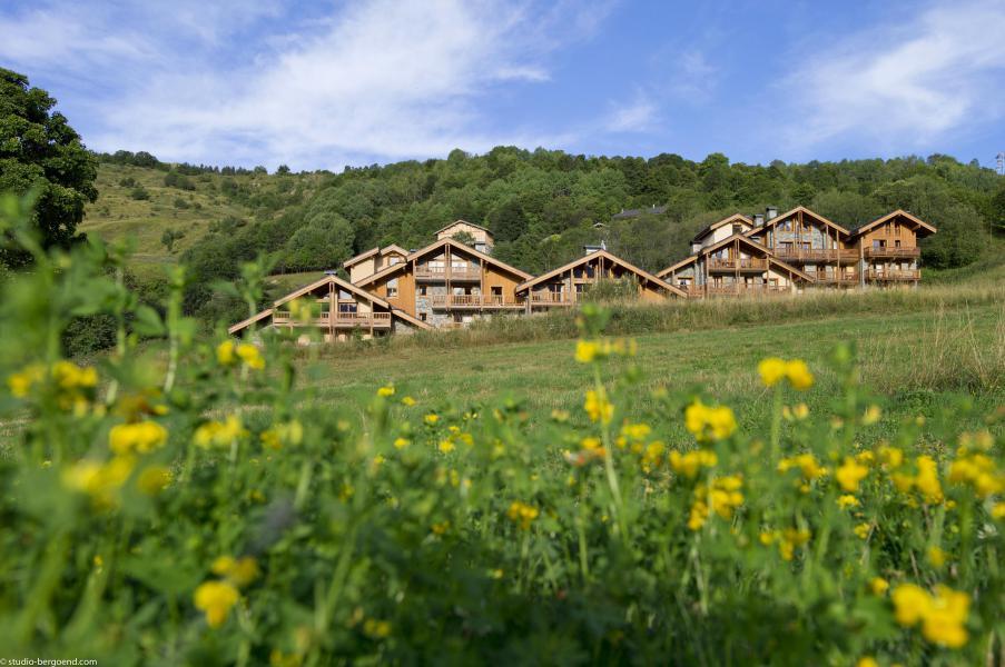 Skiverleih Les Chalets du Gypse - Saint Martin de Belleville - Draußen im Sommer