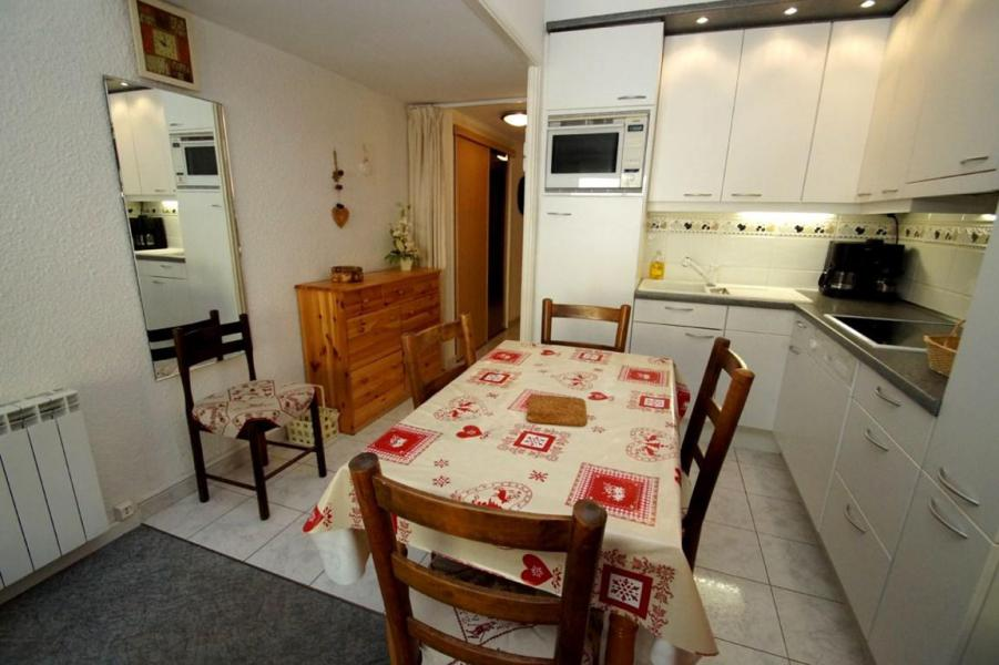 Holiday in mountain resort Studio sleeping corner 5 people (B37) - Résidence Cabourg B - Les 2 Alpes - Table