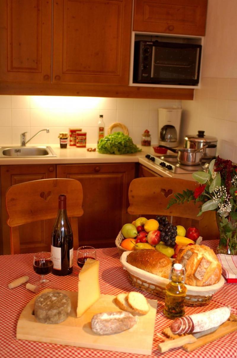 Vacances en montagne Residence La Turra - Valfréjus - Table