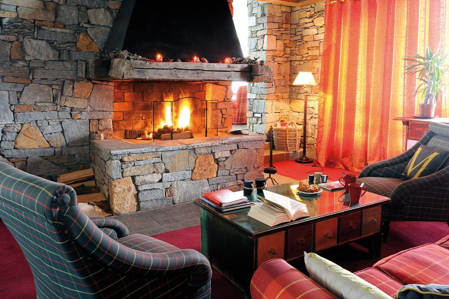 Holiday in mountain resort Résidence Lagrange Aspen - La Plagne - Fireplace