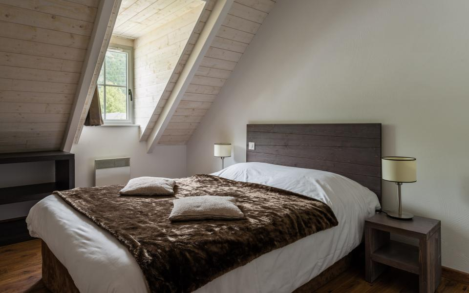 Holiday in mountain resort Résidence Lagrange le Clos Saint Hilaire - Saint Lary Soulan - Bedroom under mansard