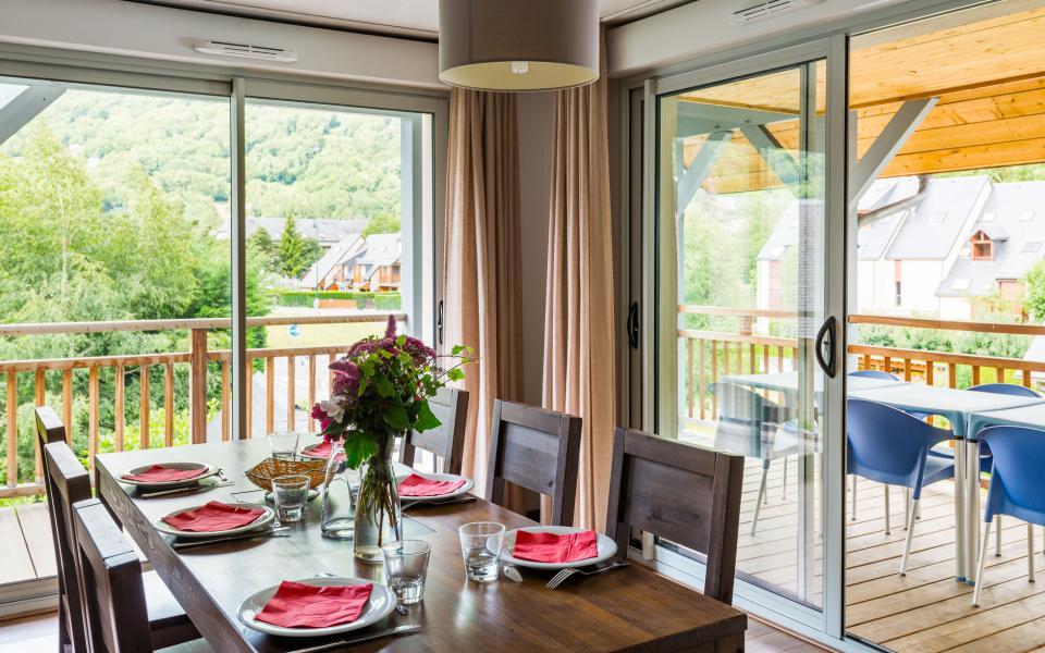 Holiday in mountain resort Résidence Lagrange le Clos Saint Hilaire - Saint Lary Soulan - Table