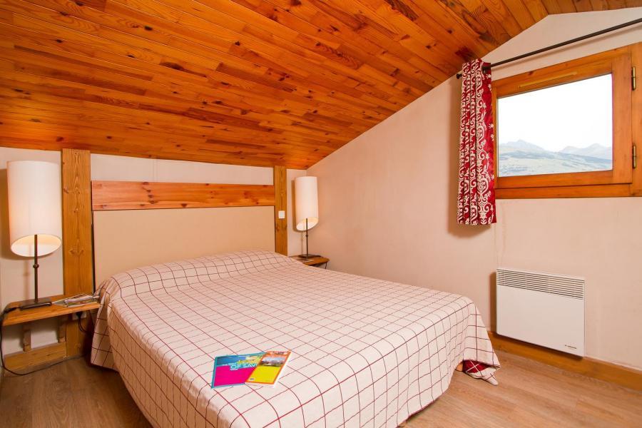 Holiday in mountain resort Résidence le Chalet de Montchavin - Montchavin La Plagne - Bedroom under mansard