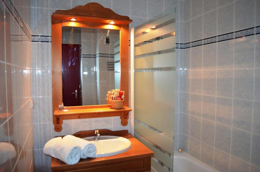 Holiday in mountain resort Résidence les Chalets de la Ramoure - Valfréjus - Bathroom