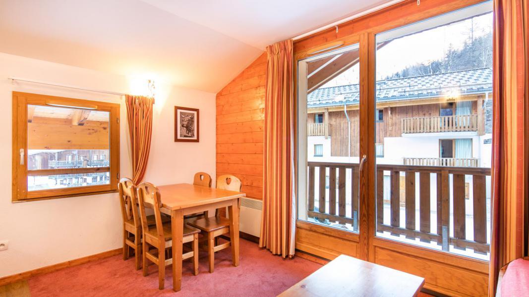 Vacances en montagne Résidence les Chalets de la Ramoure - Valfréjus - Table