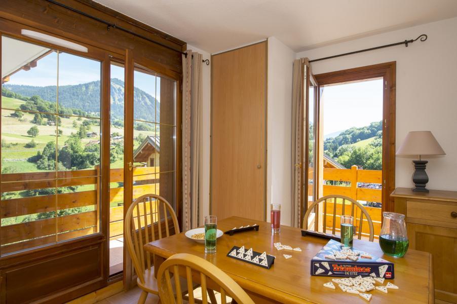 Vakantie in de bergen Résidence les Chalets des Evettes - Flumet - Schuifdeur naar het balkon