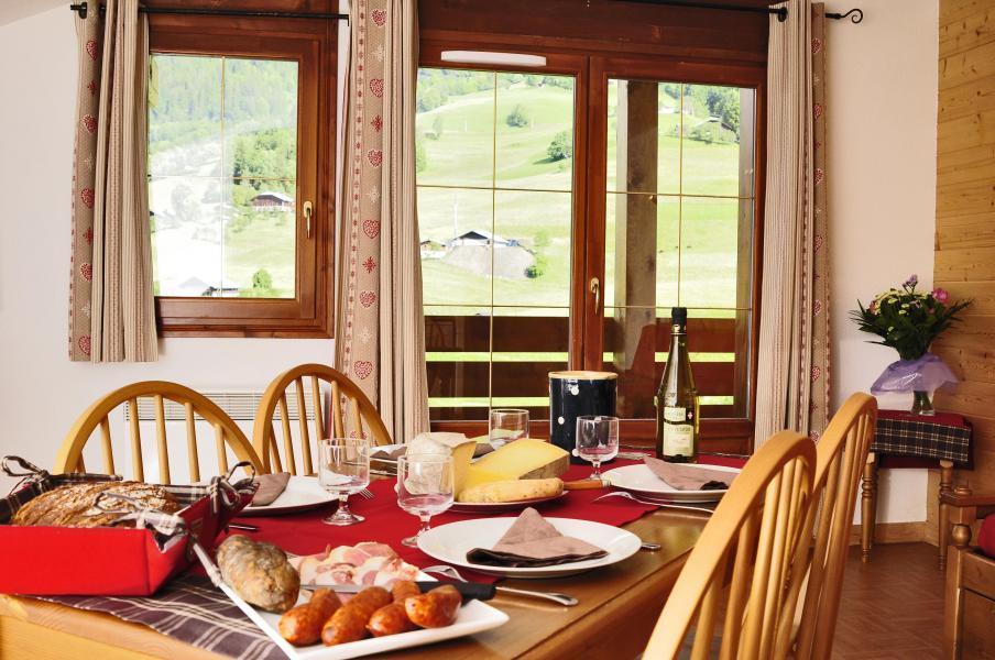 Urlaub in den Bergen Résidence les Chalets des Evettes - Flumet - Tisch