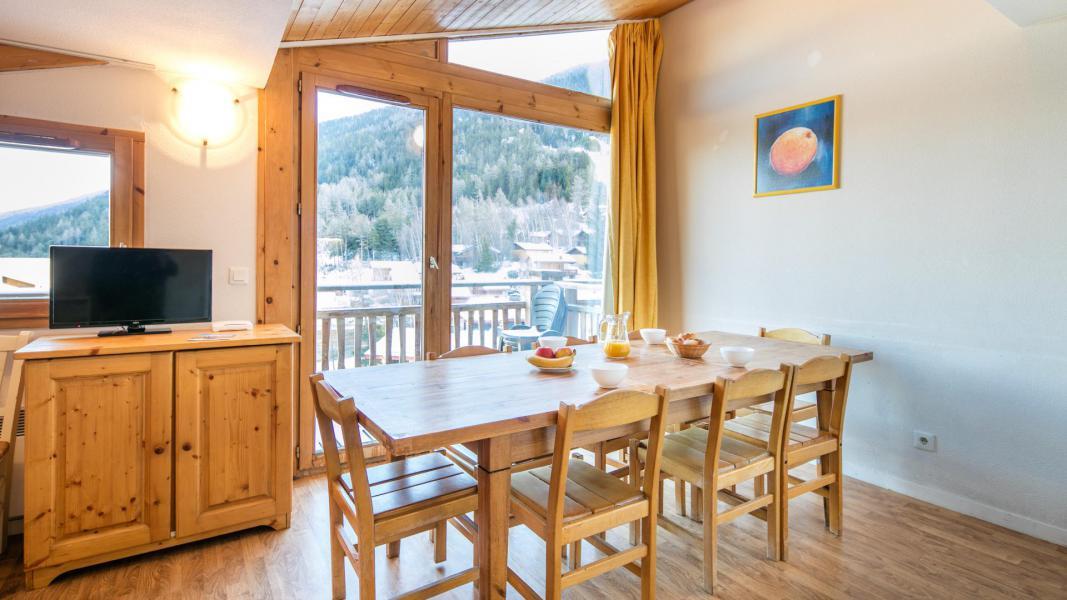 Holiday in mountain resort Résidence les Chalets et Balcons de la Vanoise - La Norma - Table