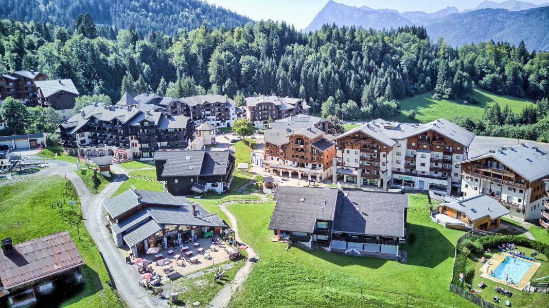 Аренда на лыжном курорте Résidence les Jardins Alpins - Morillon - летом под открытым небом