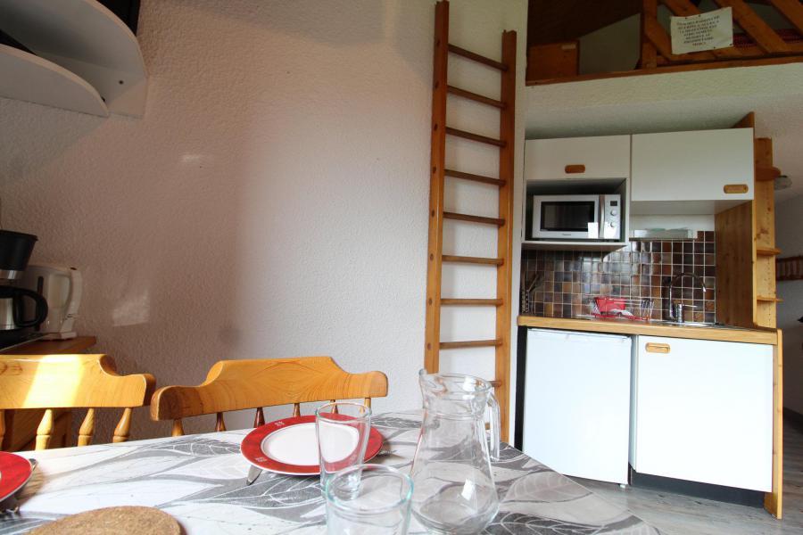 Holiday in mountain resort Studio sleeping corner 4 people (037) - Résidence Prés du Bois - Val Cenis - Table