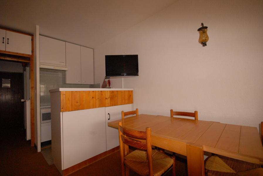Holiday in mountain resort Studio 4 people (SAN105) - Résidence Sanctus - Gourette - Table